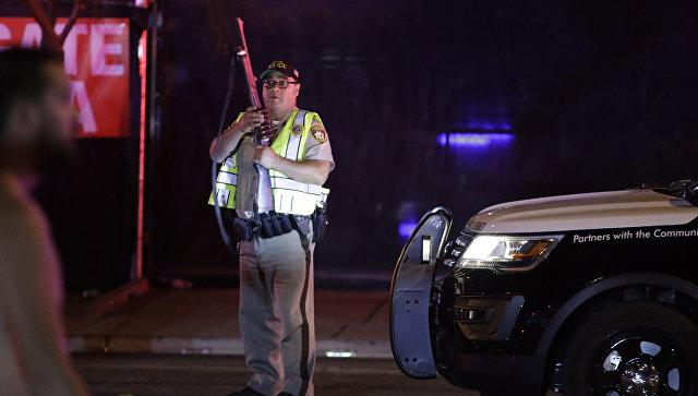Полицейский на месте стрельбы у казино Mandalay Bay в Лас-Вегасе, США. 2 октября 2017