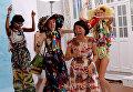 Японский модельер Цумори Чисато с моделями после показа в рамках Недели моды в Париже