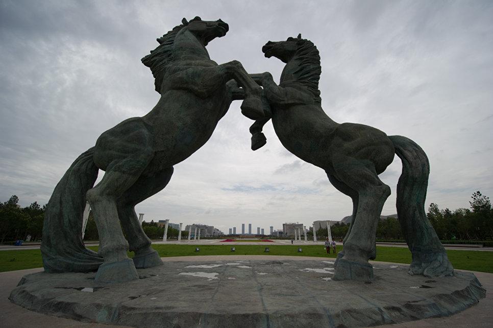Фигуры коней на площади Чингисхана
