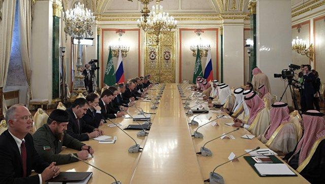 Президент РФ Владимир Путин и король Саудовской Аравии Сальман Бен Абдель Азиз Аль Сауд во время российско-саудовских переговоров. 5 октября 2017