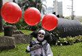 Человек в костюме клоуна во время демонстрации сторонников вегетарианства в Маниле, Филиппины