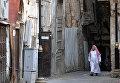 Прохожий на одной из улиц в центре города Джидды