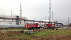 Пожарные машины на территории ПАО Лукойл Нижегороднефтеоргсинтез в Нижегородской области. 5 октября 2017