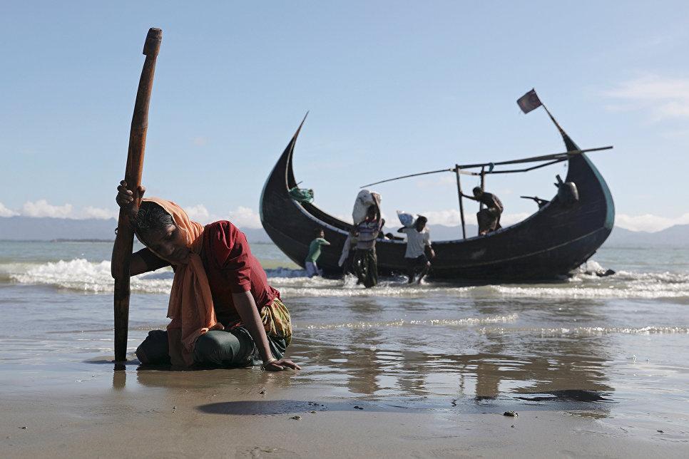Беженцы рохинджа после высадки на берегу города Текнаф, Бангладеш