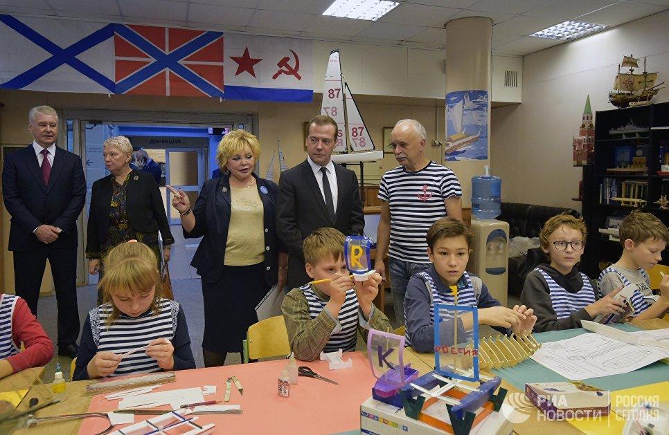 Дмитрий Медведев во время посещения класса судомоделирования в образовательном комплексе Воробьёвы горы.  6 октября 2017