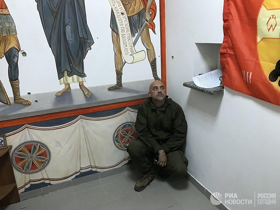 Майор армии ДНР, заместитель командира разведывательно-штурмового батальона Захар Прилепин в молельной комнате, военный объект Прага, Донецк