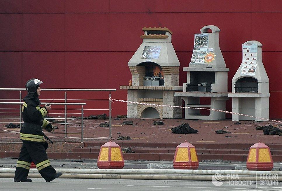 Пожарный во время ликвидации последствий пожара на строительном рынке Синдика