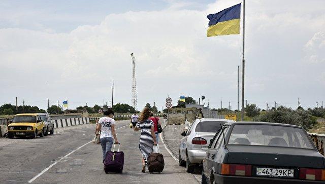 Автомобили на пункте пропуска Джанкой на границе России и Украины