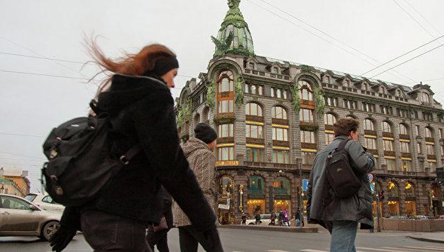 Пешеходный переход через Невский проспект у Дома Зингера (Дом книги) в Петербурге. Архивное фото