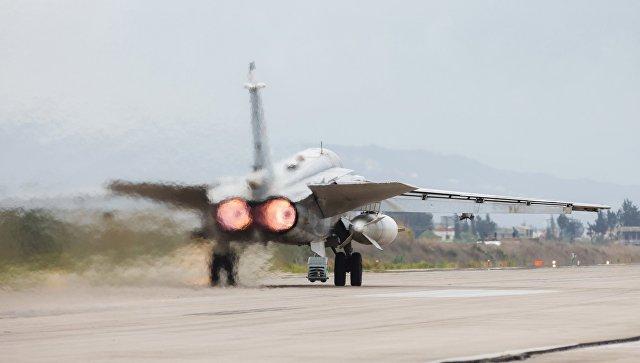 Бомбардировщик Су-24 ВКС России на авиабазе Хмеймим в Сирии. архивное фото