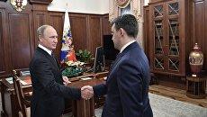 Президент РФ Владимир Путин и временно исполняющий обязанности губернатора Ивановской области Станислав Воскресенский во время встречи. 10 октября 2017