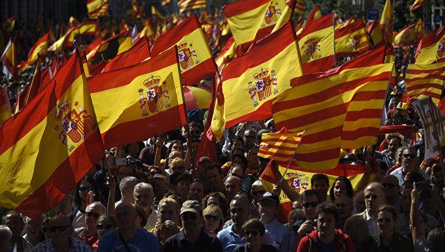 Участники митинга в защиту единства Испании в Барселоне. 8 октября 2017
