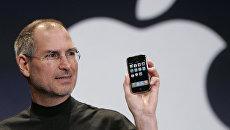 Генеральный директор Apple Стив Джобс показывает iPhone на конференции MacWorld Expo. 9 января 2007 год