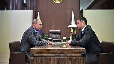 Владимир Путин и временно исполняющий обязанности губернатора Псковской област Михаил Ведерников во время встречи. 12 октября 2017