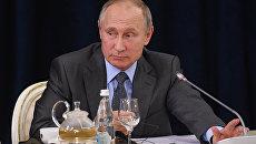 Владимир Путин во время встречи с представителями деловых кругов Германии. 12 октября 2017