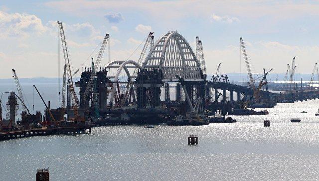 Установка автодорожной арки Крымского моста. архивное фото