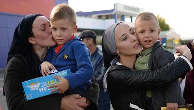 Жительницы Чечни с детьми, возвращенными из Ирака, в аэропорту Грозного. 12 октября 2017