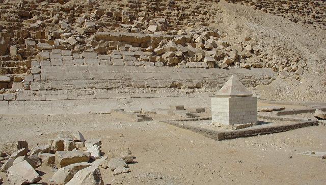 Реставрированный пирамидион у подножия пирамиды Снофру в Дашуре