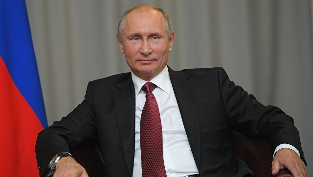 En marge des célébrations du 11 Novembre, le président Poutine s'est permis d'envoyer une belle pique à Emmanuel Macron au micro de RT France, dont les équipes sont interdites à l'Élysée.