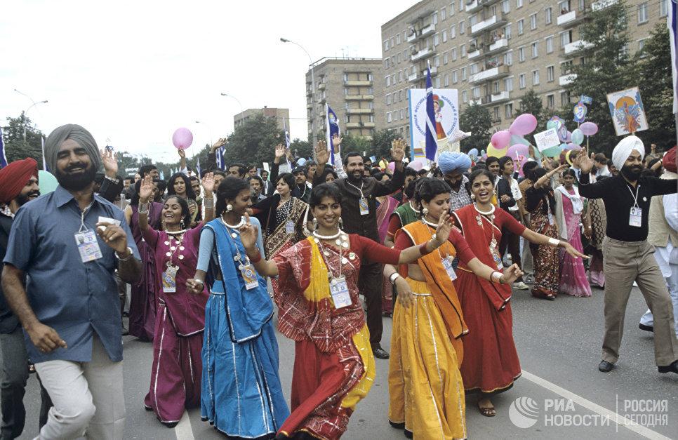 Участники индийской делегации во время праздничного шествия на Центральный стадион имени В.И.Ленина