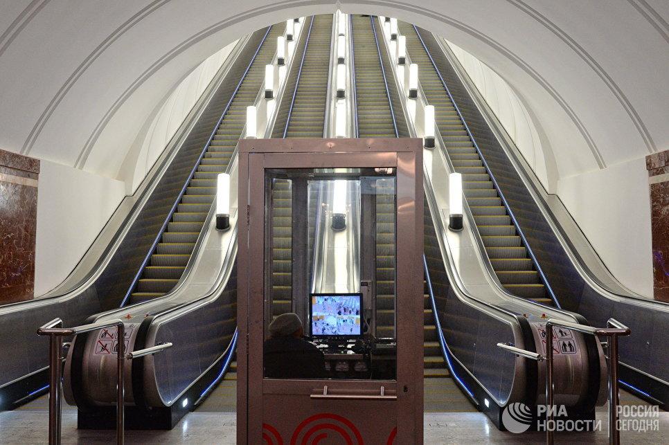 Новые эскалаторы на станции метро Фрунзенская, открывшейся после реконструкции