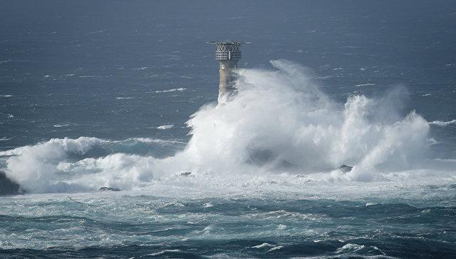 Волны во время шторма Офелия. Архивное фото