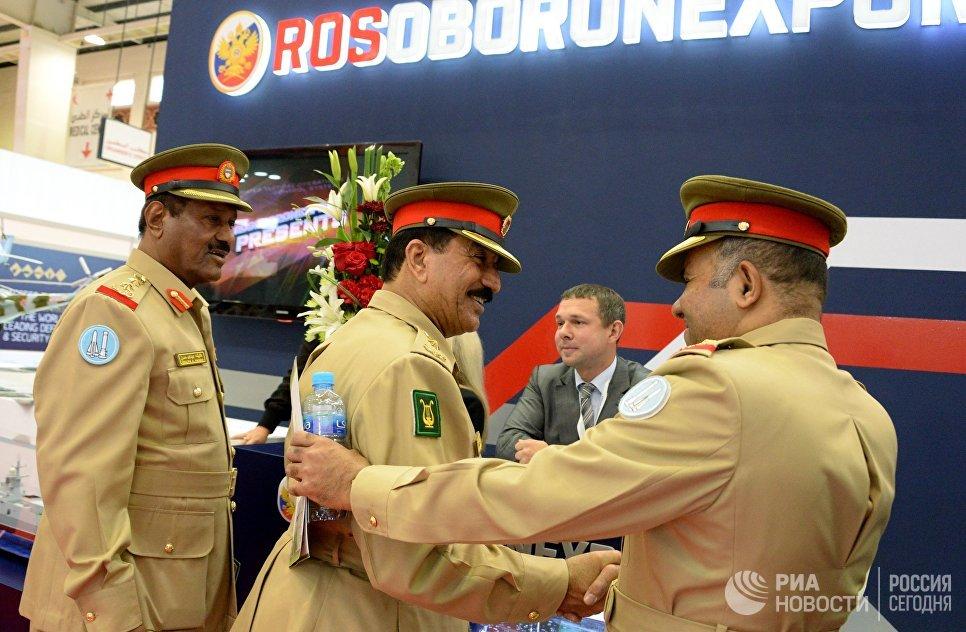 Посетители возле стенда компании Рособоронэкспорт на международной оборонной выставке BIDEC-2017 в Бахрейне