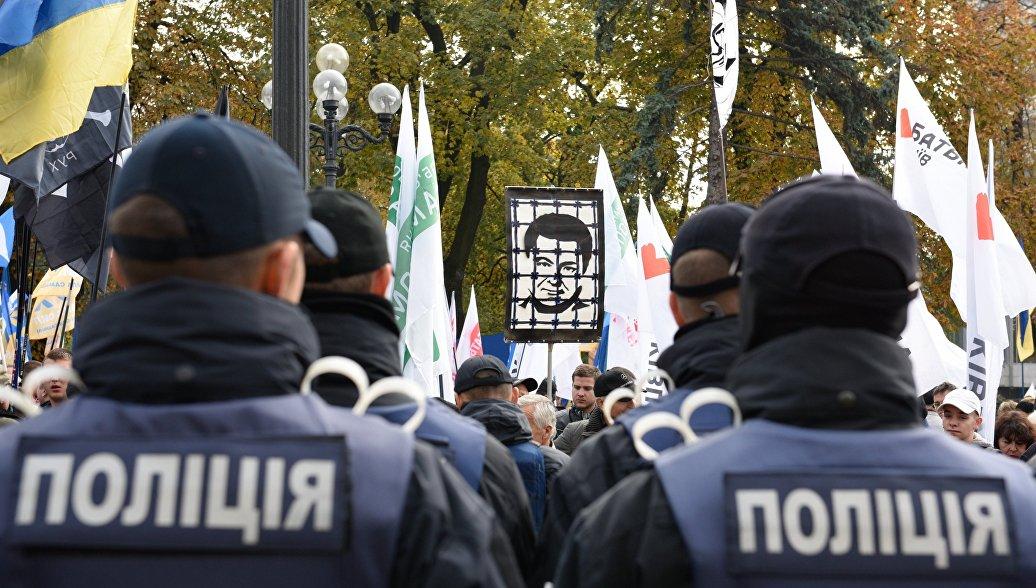 В центре Киева начались столкновения между протестующими и полицией
