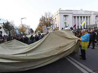 Митингующие устанавливают палатки у здания Рады Украины в Киеве