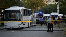 Полицейские на месте, где бомба попала в автобус с полицейскими в Мерсине, Турция. 17 октября 2017