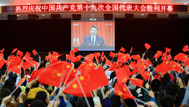 Студенты смотрят выступление Си Цзиньпина на открытии 19-го съезда Коммунистической партии Китая. Архивное фото