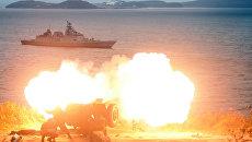 Артиллерийский салют во время захода фрегата ВМС Индии Саптура во Владивосток для участия в международном российско-индийском межвидовом учении Индра – 2017. 19 октября 2017