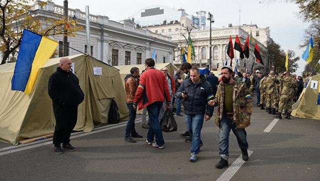 Большинство протестующих у здания Рады перешли в Мариинский парк