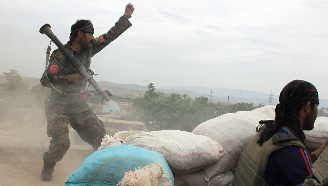 Военнослужащие афганской армии во время столкновения с талибами*. Архивное фото