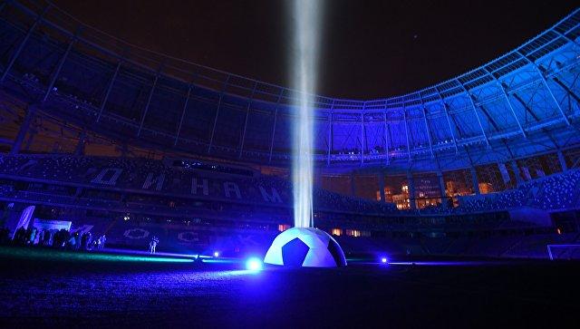 Световая инсталляция во время презентации футбольного поля реконструируемого стадиона Динамо. Архивное фото
