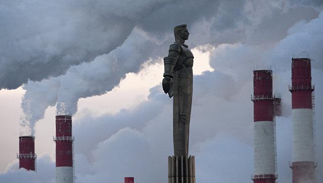 Клубы пара от ТЭЦ-20 в морозный день в Москве. На первом плане - памятник космонавту Юрию Гагарину