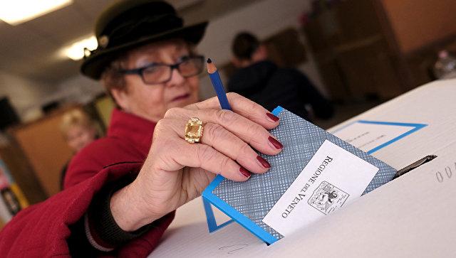 Голосование во время референдума по автономии итальянской области Венето на избирательном участке в Венеции
