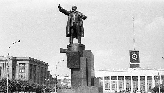 Памятник Владимиру Ильичу Ленину у Финляндского вокзала