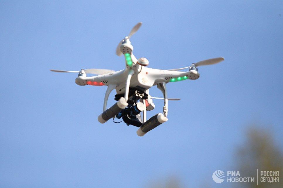 Беспилотный летающий аппарат, снимающий празднование дня рождения Томского политехнического университета