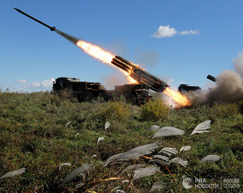 Реактивная артиллерийская батарея системы залпового огня БМ-27 Ураган во время стрельбы на учениях артиллерийских подразделений