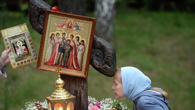 Женщина у поклонного креста на Ганиной Яме в Екатеринбурге