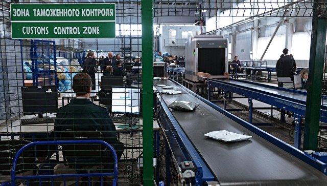 Сотрудник таможенной службы России во время обработки посылок. Архивное фото