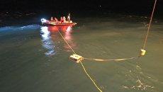 Спасатели МЧС России при помощи аппарата Фалькон обследуют упавший в море вертолет Ми-8 в Норвегии