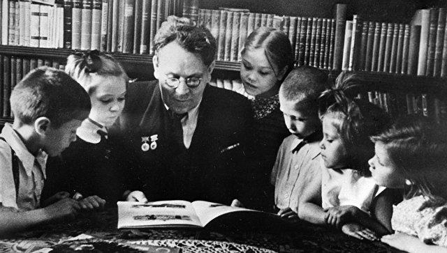 Поэт Самуил Маршак и его юные читатели