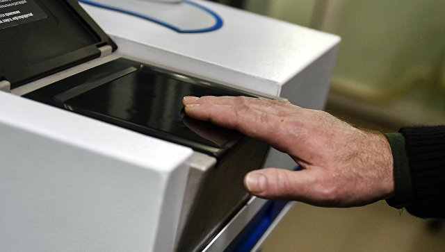 Снятие отпечатков пальцев на многофункциональной дактилоскопической станции. Архивное фото