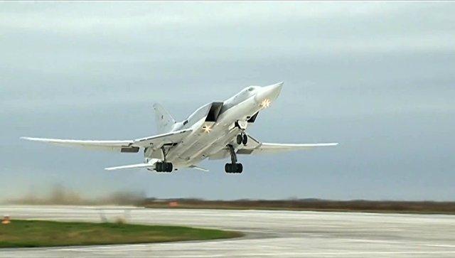 Бомбардировщик Ту-22М3 ВКС РФ во время взлета перед выполнением операции по нанесению авиаударов по объектам террористов в провинции Дейр-эз-Зор. 1 ноября 2017