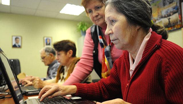 Посетительница отделения дневного пребывания центра социального обслуживания Троицкий обучаются работе на персональном компьютере
