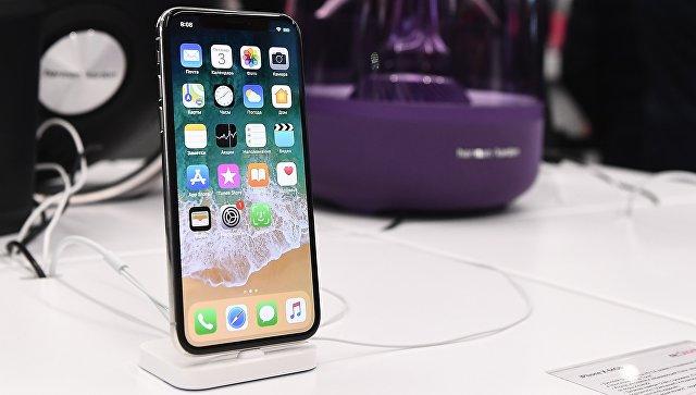Новый смартфон iPhone X во время старта продаж в магазине re:Store на Тверской улице в Москве. 3 ноября 2017