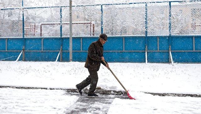 Мужчина убирает снег. Архивное фото