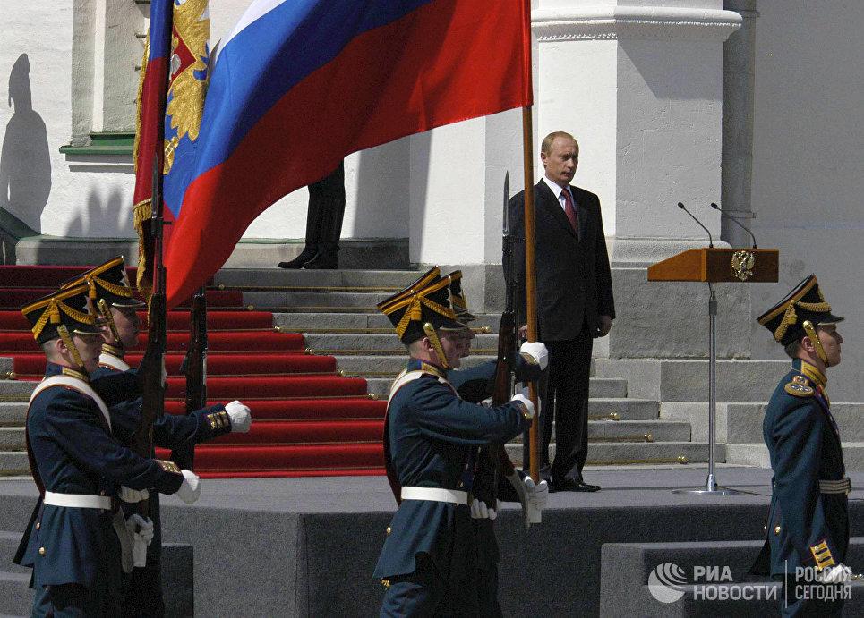 Смотр Президентского полка на Соборной площади Кремля во время церемонии официального вступления в должность президента России Владимира Путина